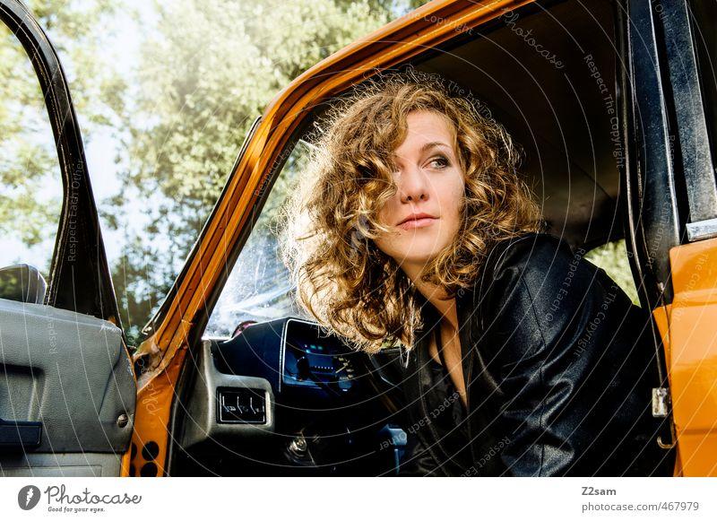 Anna Lifestyle elegant Stil feminin Junge Frau Jugendliche 18-30 Jahre Erwachsene Sommer Baum Sträucher Verkehrsmittel PKW Mode Jacke Lederjacke brünett