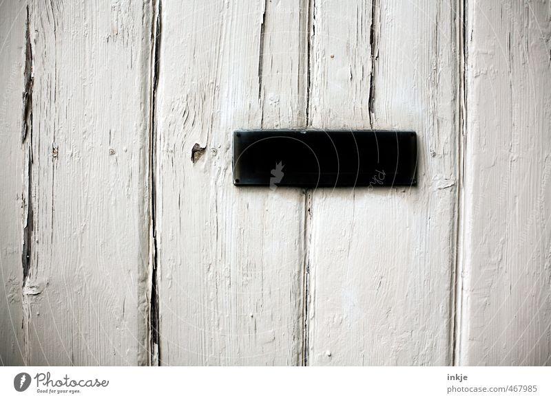 detail 6 Menschenleer Tür Holztür Briefkasten Metall alt eckig einfach schwarz weiß Verfall Vergangenheit Wandel & Veränderung Farbfoto Schwarzweißfoto