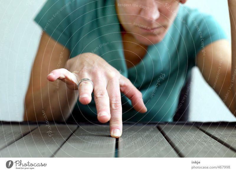 Zwiespalt Lifestyle Freizeit & Hobby Tisch Frau Erwachsene Leben Hand 1 Mensch 30-45 Jahre Linie berühren Denken träumen Traurigkeit warten authentisch Gefühle