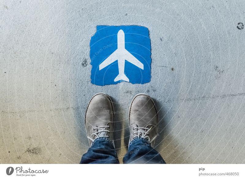 flugantritt Fuß Hose Jeanshose Schuhe Tourismus stehen Flugzeug Schilder & Markierungen Asphalt Flughafen Ferien & Urlaub & Reisen billigflug blau Gate