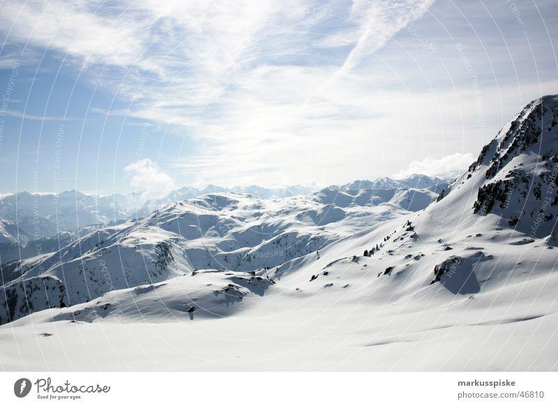 hochalpin Ferne Schnee Berge u. Gebirge Alpen Aussicht Schneelandschaft Skipiste Bergkette Schneebedeckte Gipfel Skigebiet Wolkenhimmel Schneedecke