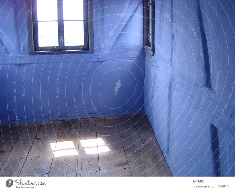 Blue Wall blau Wand Raum Lichtspiel