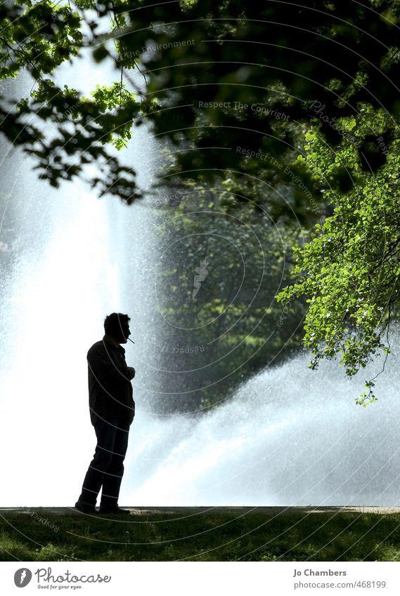 Mann raucht Seite Erholung Freizeit & Hobby Garten Erwachsene Park warten Rauchen Zigarette Tabak Springbrunnen hintergrundbeleuchtet Wasser R&R ruhen