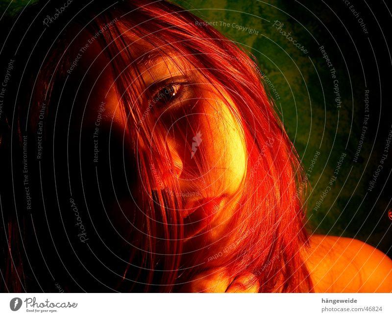 Feuer in schwarz Mädchen grün rot Gesicht gelb Haare & Frisuren Traurigkeit Brand verrückt Trauer