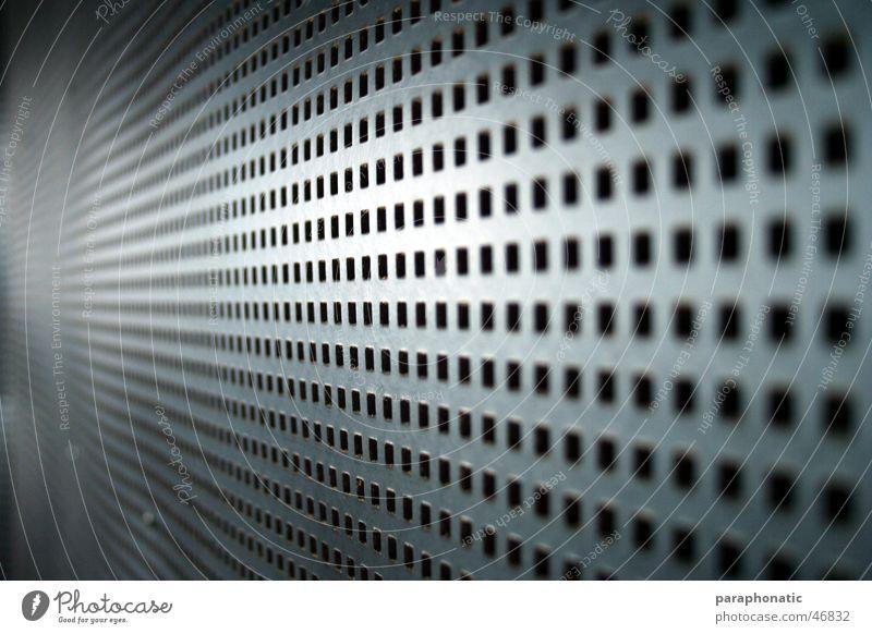 Loch-Papp-Blech Lochblech grau lang gekrümmt Karton Papier eingestanzt durchlöchert Fenster Wand Werkstatt Tonstudio ruhig Lärmdämmung Kino Schall Stil braun