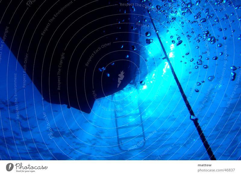Lichtspiel in blauem Wasser Meer Luft Wasserfahrzeug Seil tauchen Leiter Strahlung Luftblase Ägypten Taucher Lichtstrahl