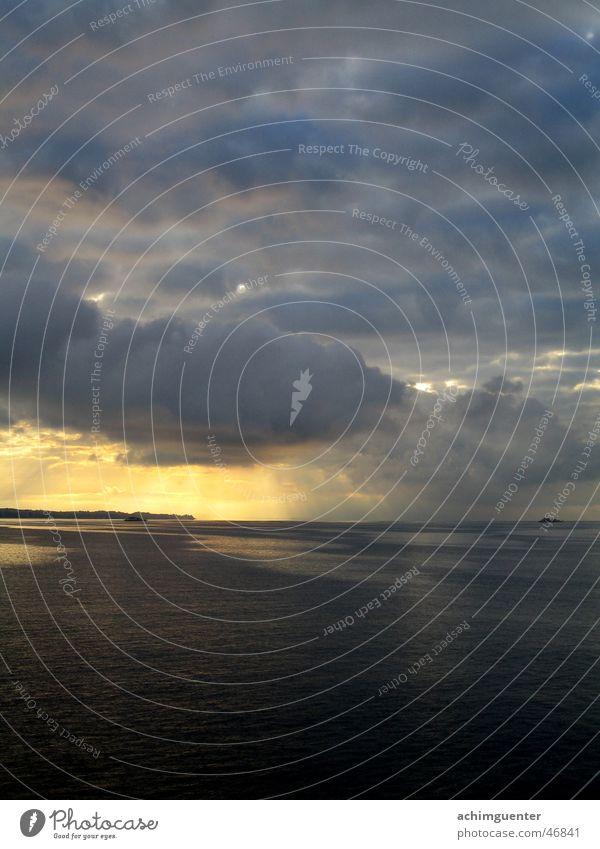 Morgen am See Wasser Himmel Sonne ruhig Wolken dunkel Wasserfahrzeug Wellen Hoffnung Romantik Bodensee