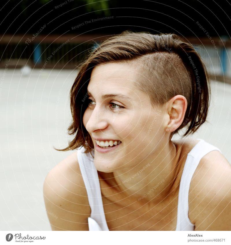 Portrait einer jungen, sportlichen, lächelnden Frau mit Undercut Junge Frau Jugendliche Kopf Haare & Frisuren Gesicht 18-30 Jahre Erwachsene Hemd brünett
