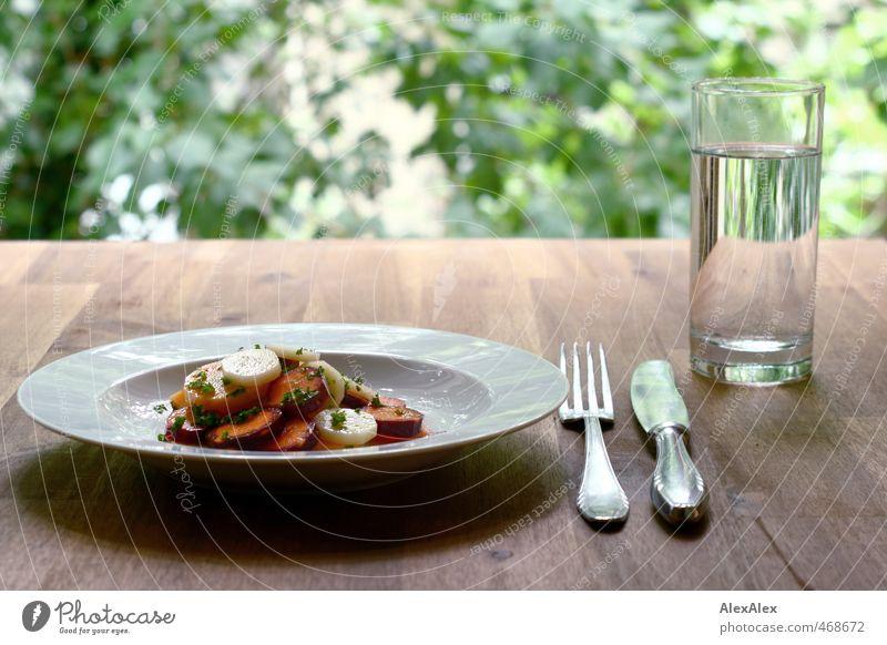 Lecker bunter Möhrchensalat! Lebensmittel Salat Salatbeilage Frucht Öl Möhre Petersilie Wasser Glas Besteck Tafelmesser Gabel Ernährung Bioprodukte