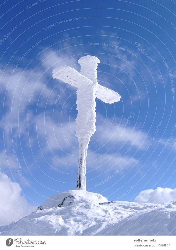 Eiskaltes Gipfelkreuz Farbfoto Außenaufnahme Menschenleer Sonnenlicht Vogelperspektive Vorderansicht Blick nach oben Freiheit Schnee Berge u. Gebirge Himmel