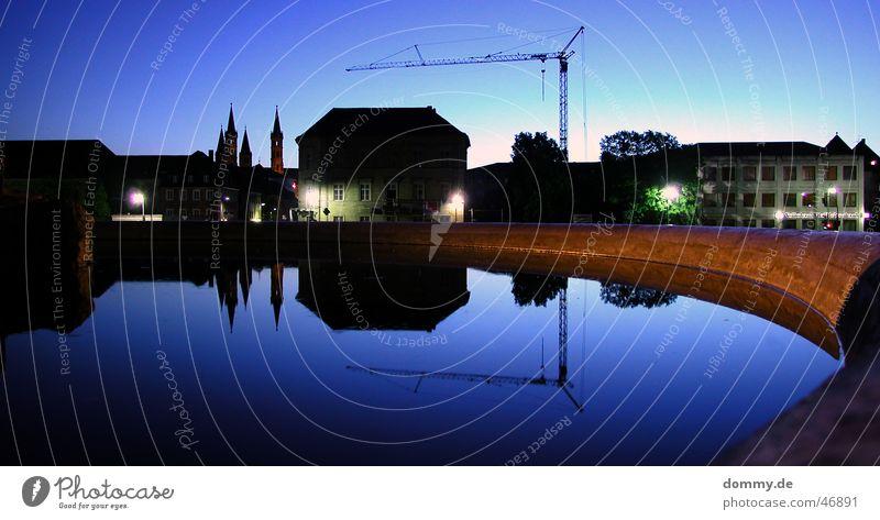 Würzburg bei Nacht blau Stadt Haus dunkel Gebäude Kirche Spiegel Brunnen bauen Kran Dom