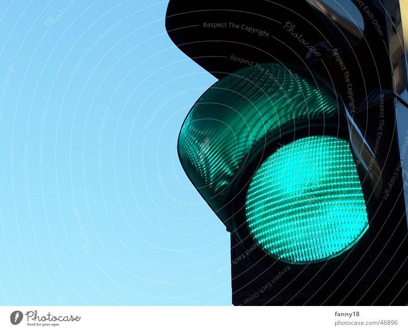 Grüne Ampel grün gehen Verkehr Eisenbahn Richtung Fußgänger Regel Übergang erlauben