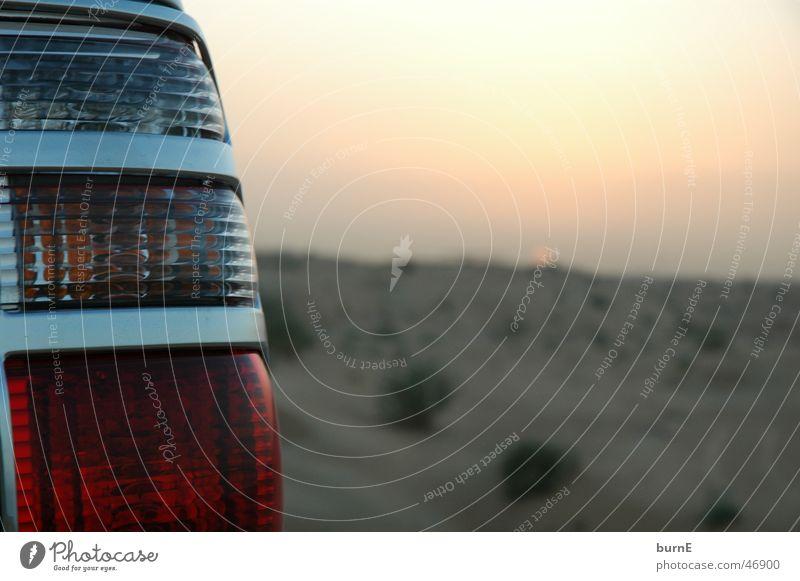 Verkehr in der Wüste Dubai Einsamkeit ruhig Außenaufnahme Landschaft Geländewagen Rücklicht Sonnenuntergang arabische emirate Ferne Sand Himmel Schönes Wetter