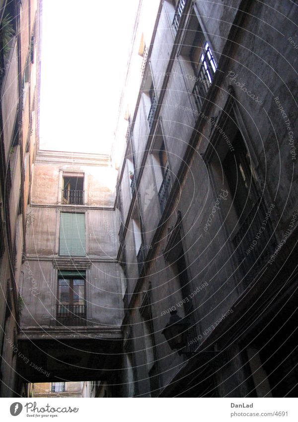 Gasse in Barcelona Gegenlicht Europa Graffiti