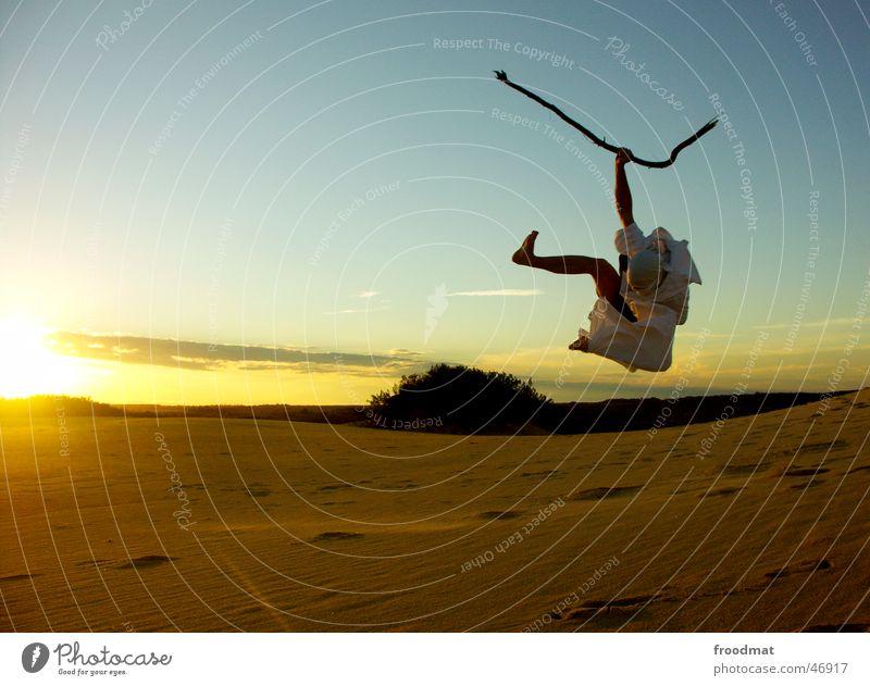 ausgelassener möchtegernbeduine springen Beduinen Sonnenuntergang Gegenlicht Aktion Stock Bettlaken Lebensfreude Brasilien vermummen Maske itaunas Freude Sand