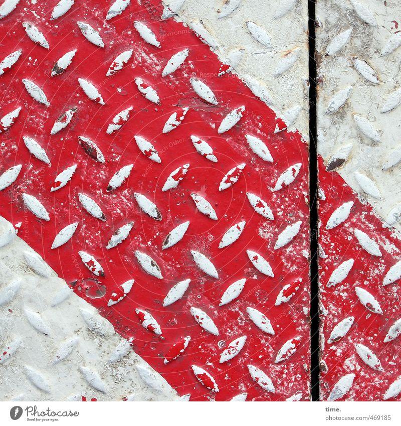 Hafendeko II Güterverkehr & Logistik Dienstleistungsgewerbe Baustelle Wege & Pfade Bodenplatten Industrieblech Fuge Metall Linie alt fest trashig Stadt rot weiß