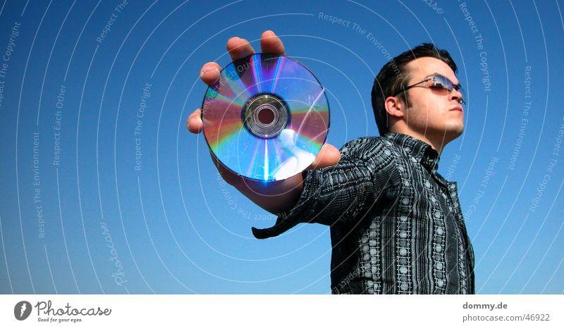 cdman Mann stehen Brille Hemd rund Reflexion & Spiegelung Sommer Compact Disc dommy thomas Blick Datenträger Musik silber blau Himmel Sonne offen Werbung