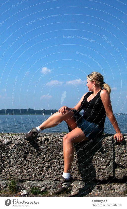 girlfriend@chiemsee Frau Chiemsee Mauer Sommer Physik Minirock Wolken See steffi stefanie sitzen Stein Sonne Wärme top. wasser