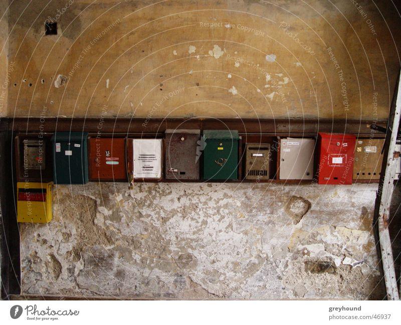 Postsendungszwischenlager Eingang Kommunizieren Information Briefkasten Mitteilung Hauseingang Postbote Zusteller