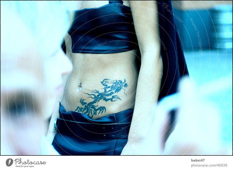Bauch_frei Frau blau Tattoo Bauchnabel