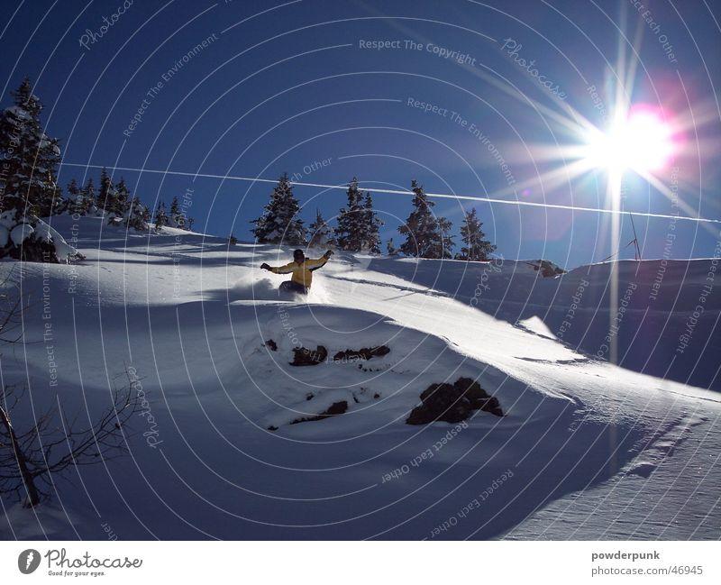 perfekt run Winter Aktion Sonne Schnee Sport Snowboarder Snowboarding Abfahrt Pulverschnee Tiefschnee Schneedecke Schneelandschaft Gegenlicht Sonnenstrahlen