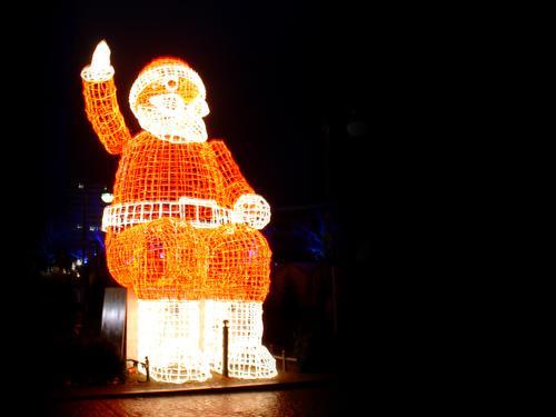 it's christmas again Lichterkette Skulptur Weihnachten & Advent Weihnachtsmann Winter dunkel kalt rot Stimmung Ambiente Eis Berlin grell frisch hell