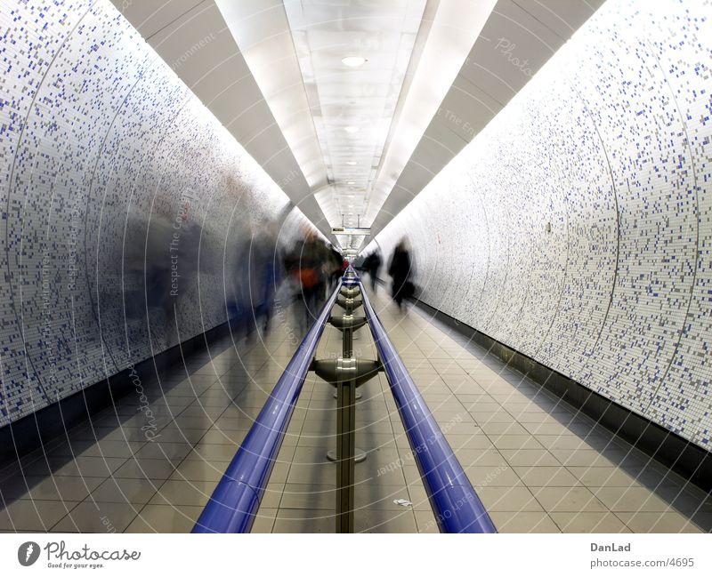 Wir bleiben in Bewegung Tunnel Fußgänger London London Underground Öffentlicher Personennahverkehr Verkehr gehen Langzeitbelichtung Unterführung pedestrians