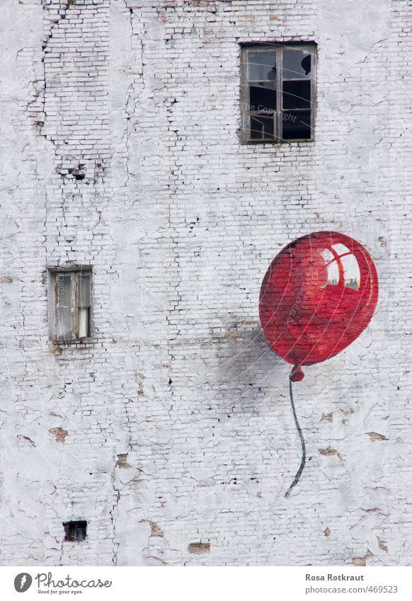 einer von 99 alt Stadt weiß rot Fenster Graffiti Wand lachen Mauer Gebäude Freiheit grau Glück träumen fliegen frei