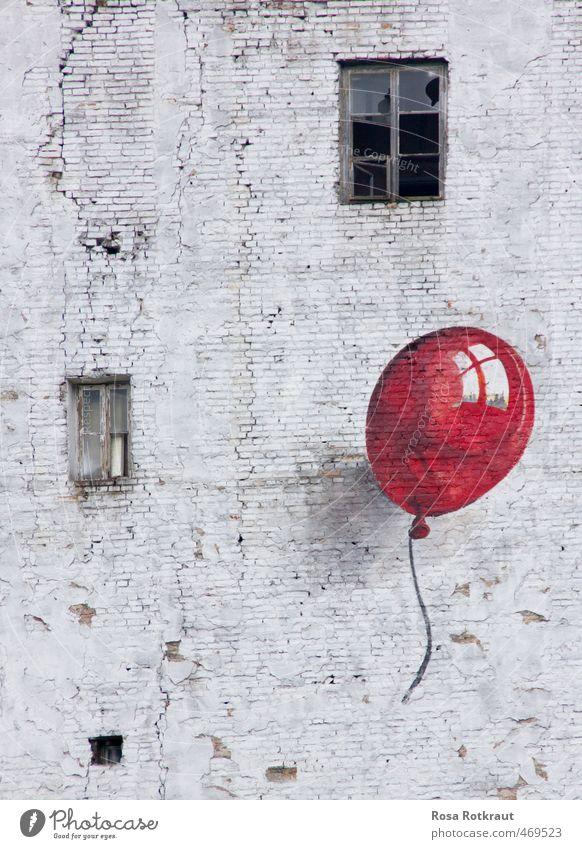 einer von 99 Stadtrand Industrieanlage Gebäude Mauer Wand Fenster Fluggerät Ballone Luftballon Graffiti fliegen lachen träumen alt ästhetisch frech frei