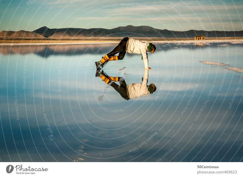 Spiegelungen einer Frau in der Salzwüste von Uyuni, Bolivien Mensch Kind Natur Jugendliche Ferien & Urlaub & Reisen Wasser Pflanze Junge Frau Landschaft