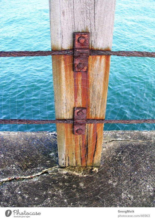 fade Wasser schön alt Meer blau rot Holz Stein Rost Steg Anlegestelle England Eisen Nagel Rust Holzmehl