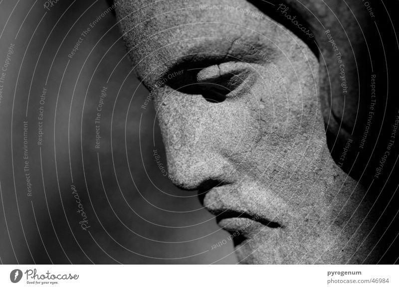 Trauer über die Welt? Jesus Christus Grab Friedhof schwarz weiß ernst Silhouette Sandstein Unschärfe beschützend Traurigkeit Halbprofil Stein