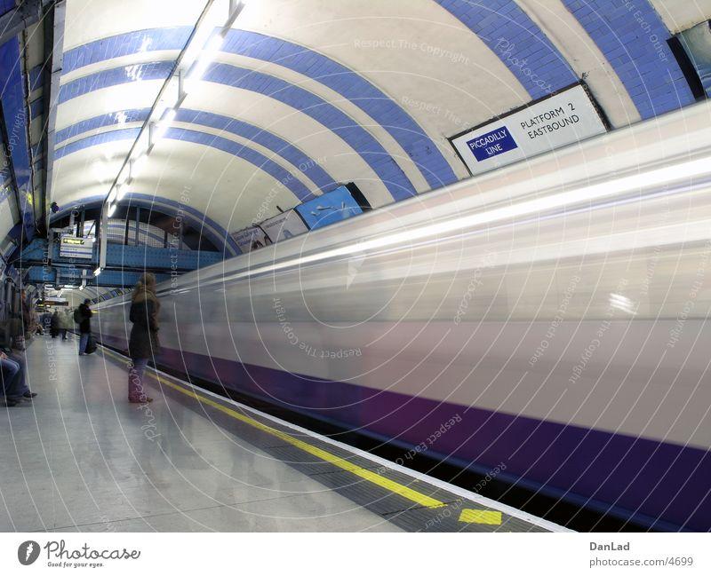 Mind the gap! (underground) Verkehr Eisenbahn Station U-Bahn London London Underground Ankunft
