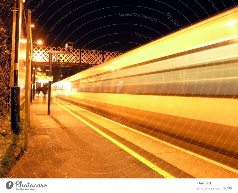 Mind the gap! (overground) Eisenbahn Fußgängerübergang Nacht London Verkehr Brücke Abfahrt
