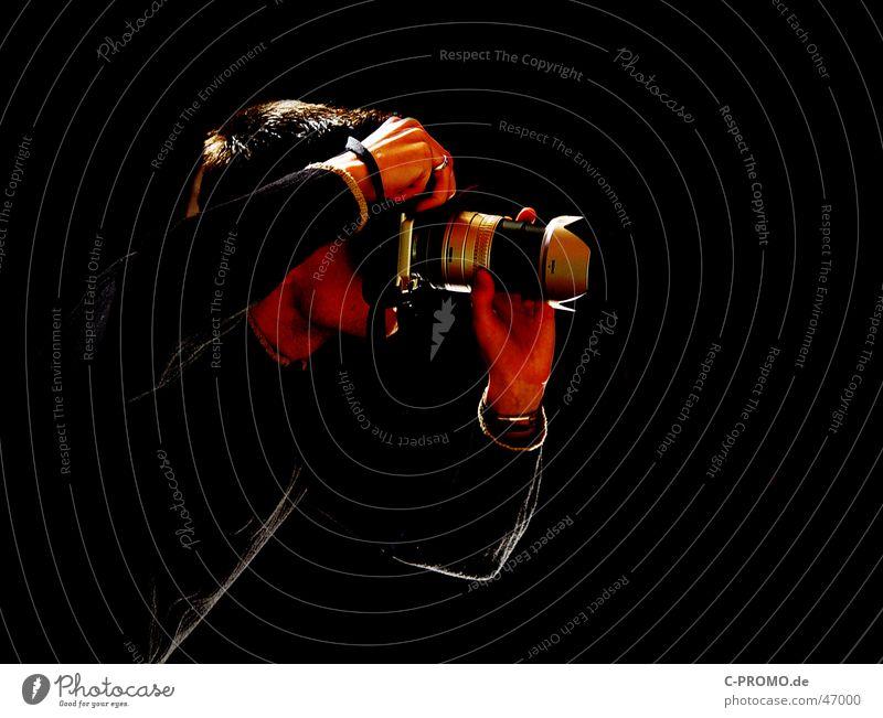 Fotograf in seinem Element Mann schwarz Kunst Fotokamera Medien Dienstleistungsgewerbe Fotografieren Objektiv Kunsthandwerk Photo-Shooting