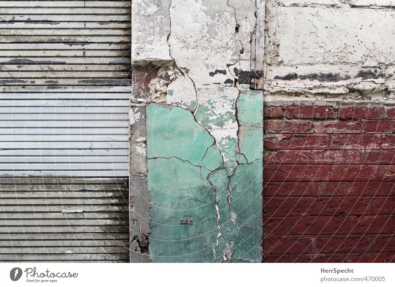 WGR Paris Stadt Altstadt Bauwerk Gebäude Mauer Wand alt Armut ästhetisch kaputt schön trashig trist grau grün rot weiß Mauerschaden Riss Backsteinwand Hinweis