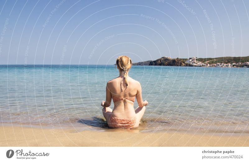 Die junge Frau und das Meer harmonisch Wohlgefühl Zufriedenheit Sinnesorgane Erholung ruhig Meditation Ferien & Urlaub & Reisen Tourismus Sommer Sommerurlaub