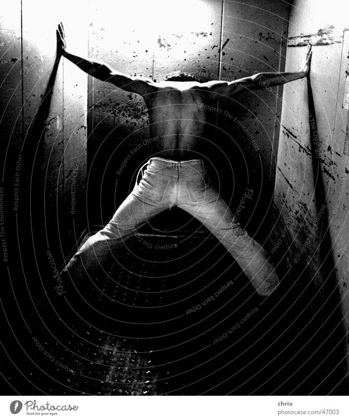 widerstand Mensch dunkel Wand Beine Metall hell Arme Rücken Hose kämpfen Fahrstuhl Muskulatur Barfuß Kratzer Grauwert