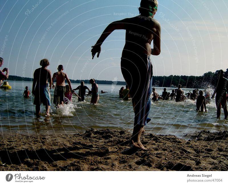 Rein ins kühle Nass! Kind Jugendliche Wasser Sonne Sommer Strand Freude kalt See Schwimmen & Baden laufen nass frisch rennen Badestelle