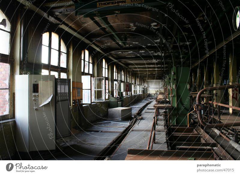 Working Place Fenster kaputt Licht spät Abend Fertigungsstrasse 1900 Fabrik Maschine Zuleitung dreckig außer Betrieb verfallen alt Schrank Kiste Spind Nagel