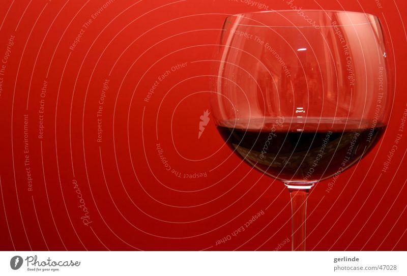 Rotwein vor rot Weinglas Glas Alkohol Flüssigkeit