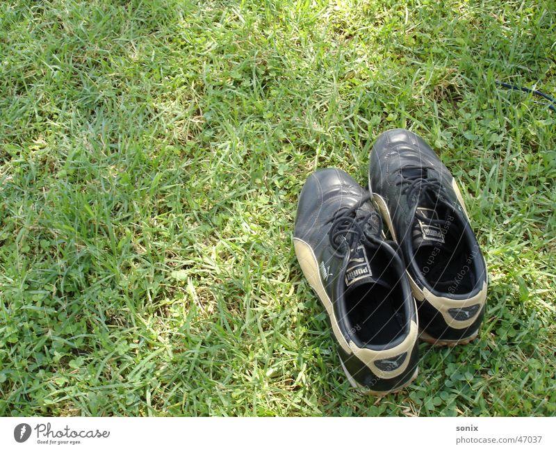 einsam Schuhe Wiese Gras grün