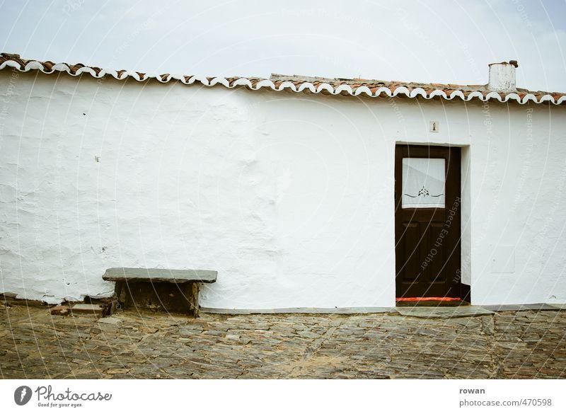 sitzbank Dorf Haus Einfamilienhaus Hütte Bauwerk Gebäude Architektur Mauer Wand Fassade weiß Bank sitzen Eingang Eingangstür Tür klein südländisch Portugal