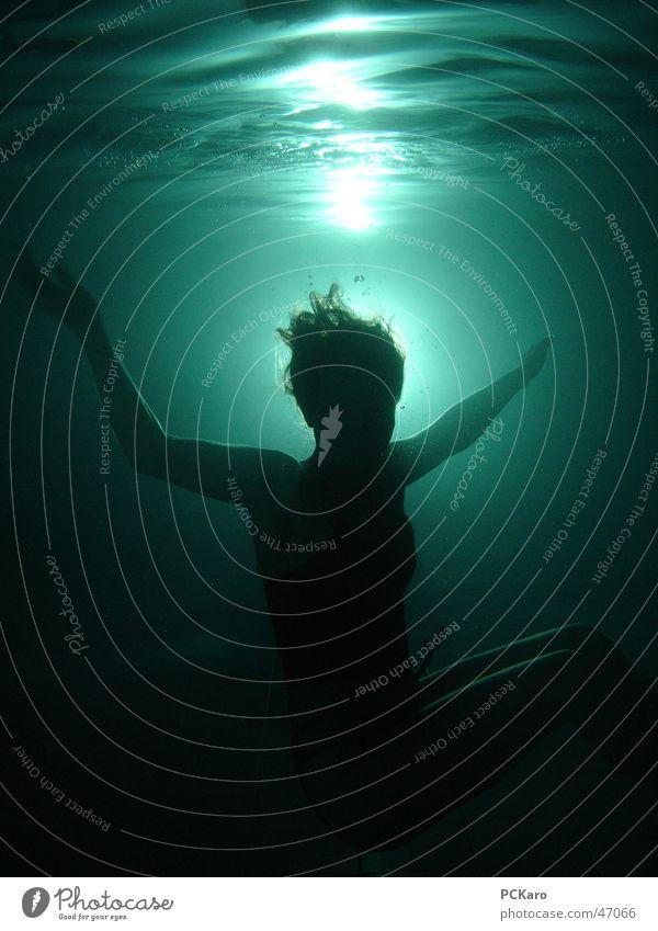 Drowned Gegenlicht Wellen Frau dunkel springen gruselig Unterwasseraufnahme Wasser Mensch Tod Haare & Frisuren