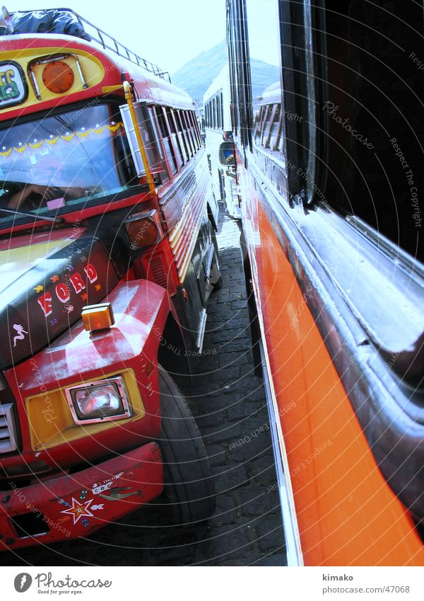 The road to Santiago Atitlan rot Amerika Bus Mittelamerika Guatemala