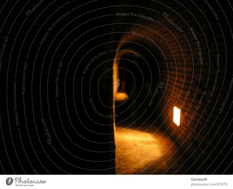 Im Tunnel dunkel Licht Prag Terezín Ghetto Angst Jüdisches Viertel Beleuchtung scheinend Lichterscheinung Gewölbebogen Menschenleer spukhaft gruselig