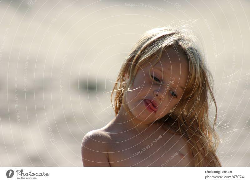 Maya am Strand 2 Mädchen Strand Haare & Frisuren Sand Coolness Locken Zunge frech Maya