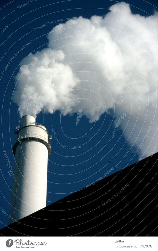rauchwolken Himmel Schornstein blau weiß Wasserdampf Nebelwolke Abgas Industriefotografie smoke dusk fog chimney exhaust funnel flue stack blu sky white