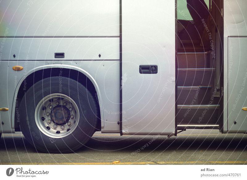 Auf und davon! Verkehr Verkehrsmittel Öffentlicher Personennahverkehr Straßenverkehr Busfahren Parkplatz parken Reisebus Bewegung Abschied warten Rad Autotür
