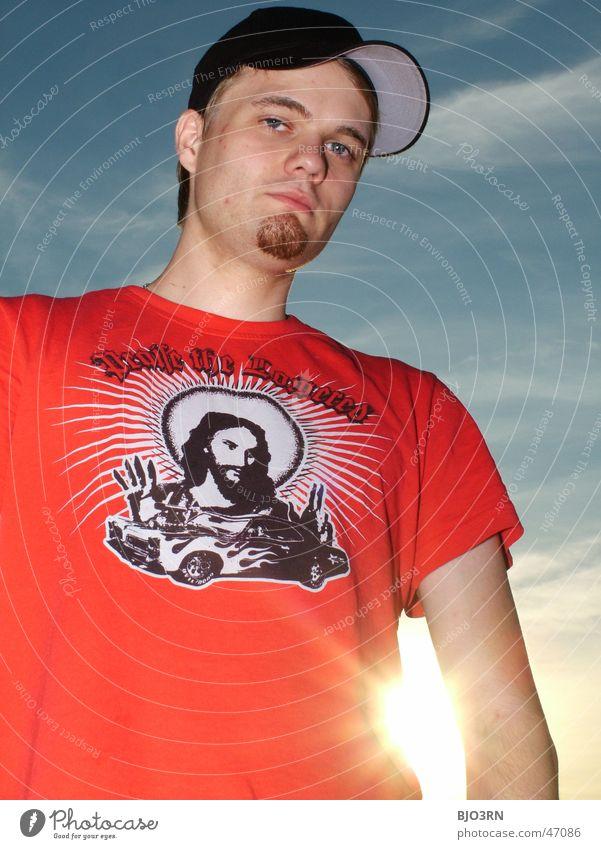 Alex im Gegenlicht Mann Himmel Sonne blau schwarz Wolken Freiheit PKW orange Coolness T-Shirt Bart Mütze Jesus Christus Kerl Blauer Himmel